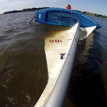 Stawianie przewróconej żaglówki – Jezioro Łąka